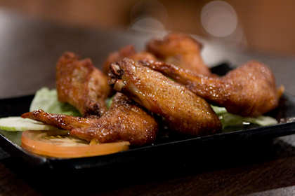 "... chicken wings which has the ""NEW"" logo printed beside it on the menu. We needed to chew something while surfing the net, so these chicken wings made the sacrifices."