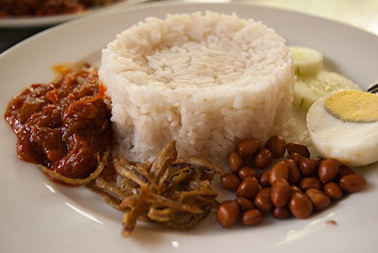 ... this nasi lemak biasa cost only RM2.90 as opposed to most place which cost RM5.90.